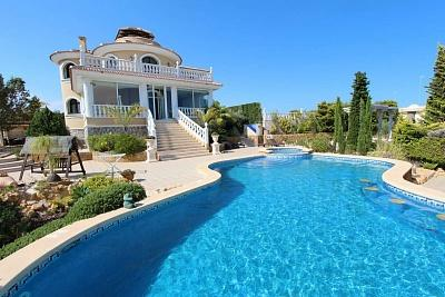 Spectacular villa with guest house