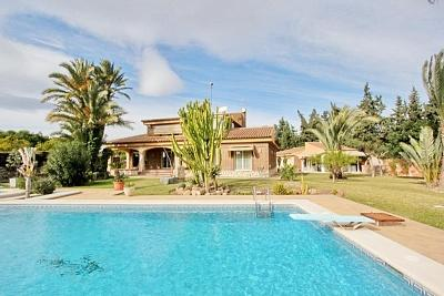 Spacious villa with garden and pool in Alicante