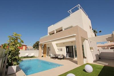 House with swimming pool 200 m from the sea